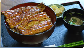 鳗鱼盖浇饭(上)3,200日元(包括消费税)